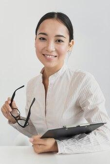Asiatique femme tenant un presse-papiers