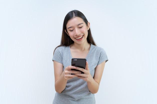 Asiatique, femme, tenue, smartphone, bavarder, téléphone portable, lecture, sms