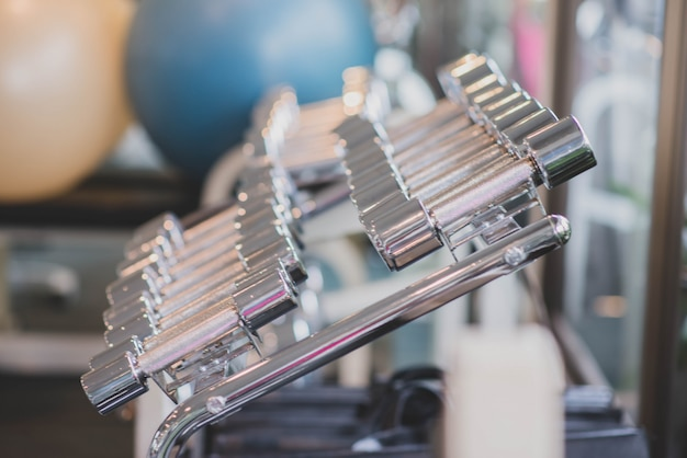 Asiatique femme travailler sur l'exercice à la perte de poids gym