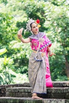 Asiatique femme vêtue d'une robe thaïe typique et traditionnelle, c'est littéralement
