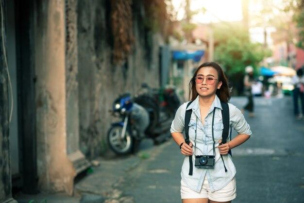 Asiatique, femme, voyageur, porter, doux, jean, chemise, marche, sac à dos, vacances