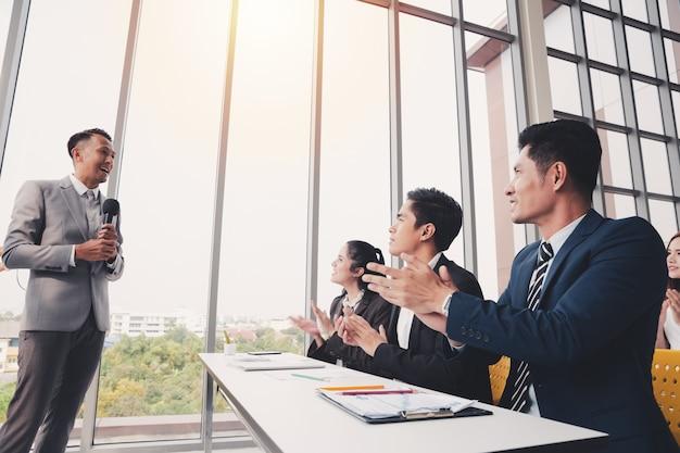 Asiatique, formateur, hommes affaires, présentation