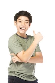 Asiatique garçon excité en chemise verte donnant pouce levé.