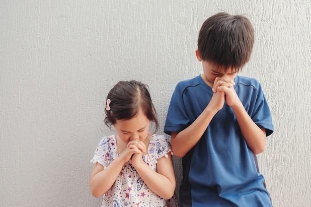 Asiatique garçon et fille priant