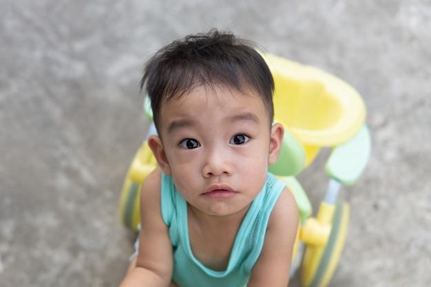 Asiatique garçon mignon doute face et regardant la caméra. portrait d'enfants.