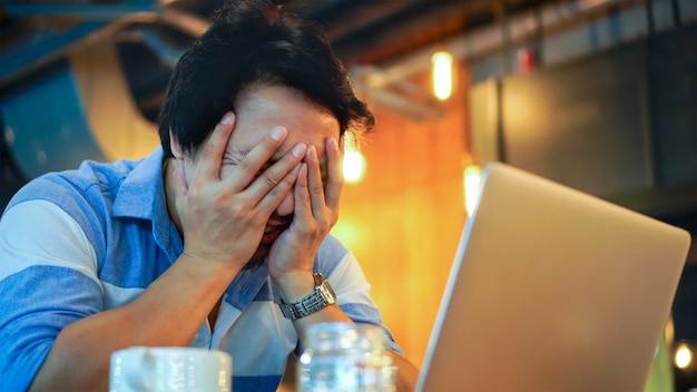 Asiatique, homme affaires, dans, costume décontracté, travailler, à, ordinateur, dans, stress, émotion, à, co-working spa