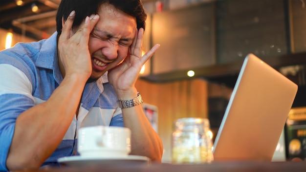 Asiatique, homme affaires, dans, costume décontracté, travailler, tête dans main, action, à, émotion stressante, à, co-wor