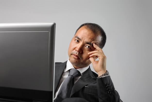 Asiatique homme d'affaires à la recherche de sérieux