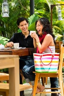 Asiatique homme et femme au restaurant ou au café