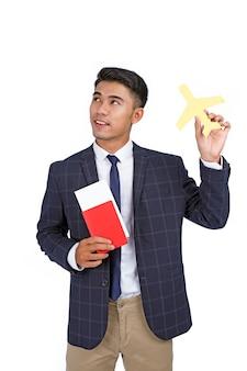 Asiatique jeune bel homme d'affaires gai détiennent un passeport et un billet d'avion