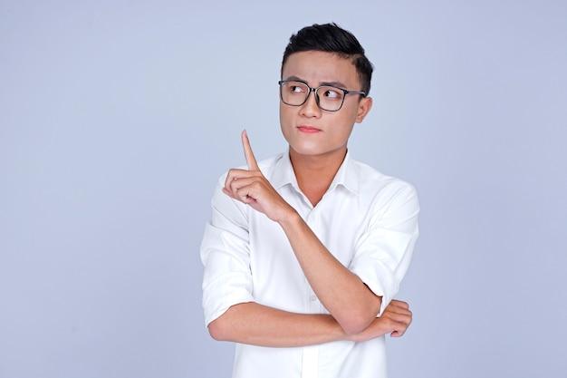 Asiatique jeune bel homme séduisant avec la main montrant le pointage