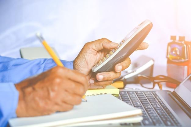 Asiatique jeune femme d'affaires travaillant sur son ordinateur portable. économie numérique.