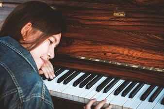 Asiatique jeune femme jouant du piano