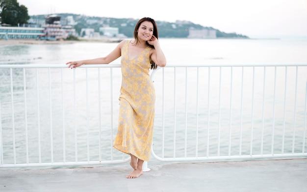 Asiatique, jeune, femme, modèle, longue vue