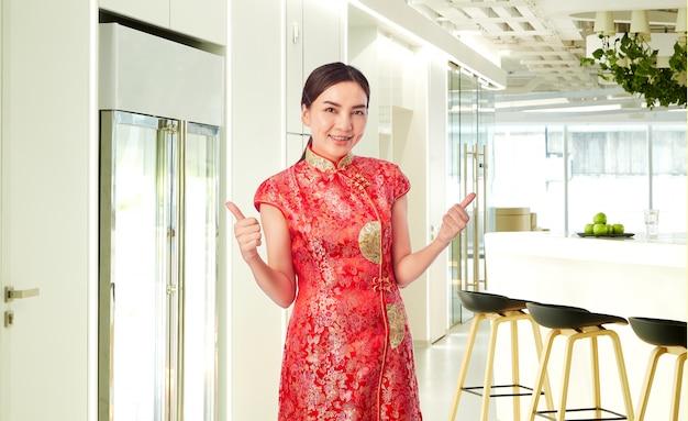 Asiatique jeune femme rouge vêtu de rouge traditionnel
