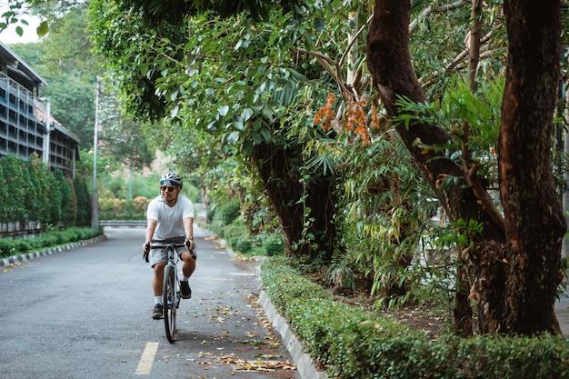 Asiatique jeune homme faire du vélo de route
