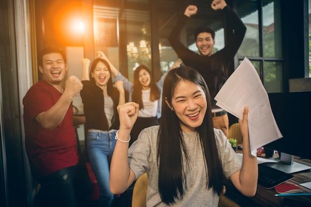 Asiatique, jeune, indépendant, travail d'équipe, travail, succès, émotion, bonheur