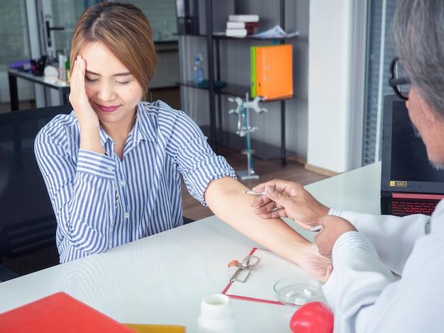 Asiatique médecin donnant un patient injection à l'hôpital