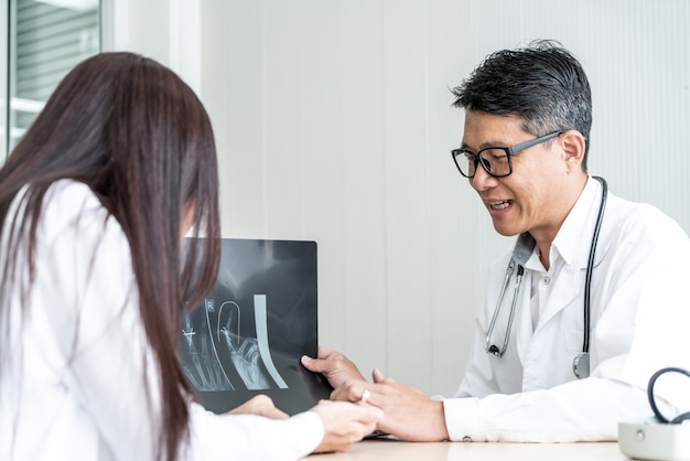 Asiatique médecin et patient discutent