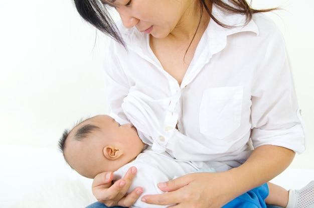 Asiatique mère allaite son petit garçon