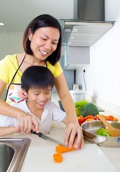 Asiatique mère et fils dans la cuisine