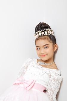 Asiatique mignonne jeune fille portant une couronne