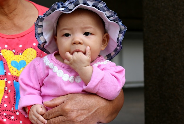 Asiatique, petite fille, regarder, sucer, doigt
