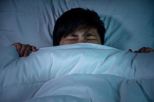 Asiatique s'est réveillé la nuit, ne pouvait pas dormir et se sentait irrité et anxieux