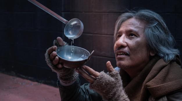 Asiatique sans-abri ou sans-abri affamé se sentir heureux avec le lait donné