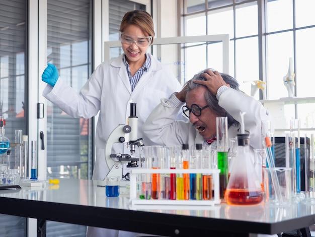 Asiatique scientifique travaillant en laboratoire avec microscope