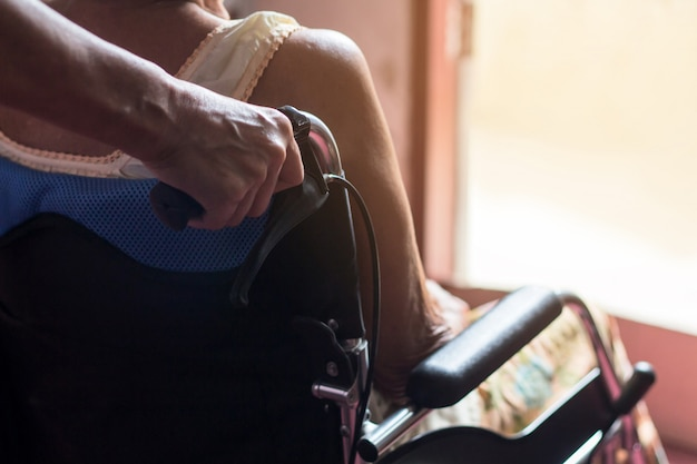 Asiatique senior ou âgée vieille dame patiente sur fauteuil roulant