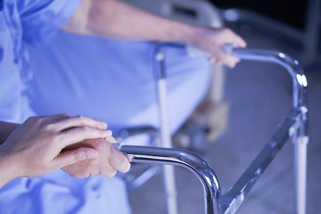 Asiatique senior ou âgée vieille dame patiente avec walker.