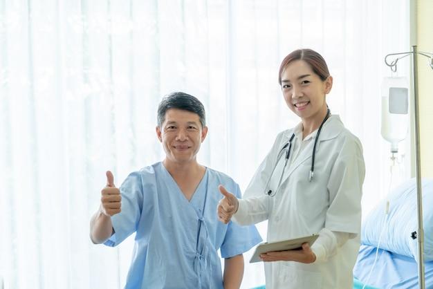 Asiatique senior patient sur un lit d'hôpital discuter avec une femme médecin