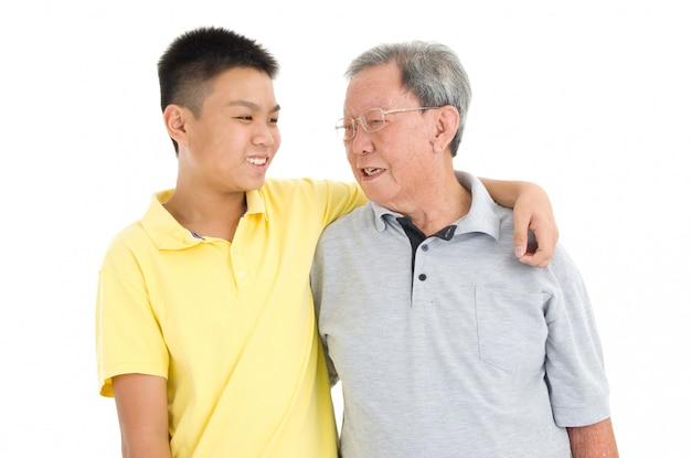 Asiatique senior avec petit-enfant