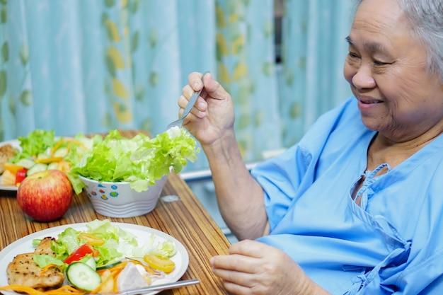 Asiatique senior vieille femme patiente manger petit-déjeuner des aliments sains à l'hôpital.