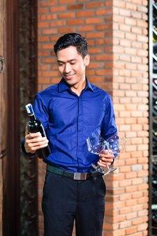 Asiatique, tenue, bouteille vin