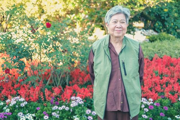 Asiatique vieille femme âgée femme âgée au repos reposant dans le jardin. mode de vie de loisirs senior
