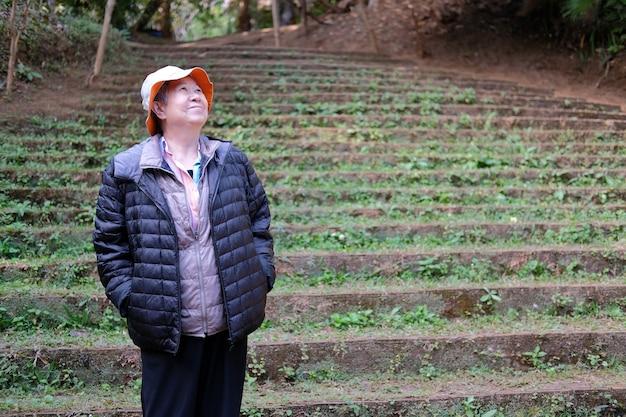 Asiatique vieille femme âgée femme âgée au repos reposant dans le parc. mode de vie de loisirs senior
