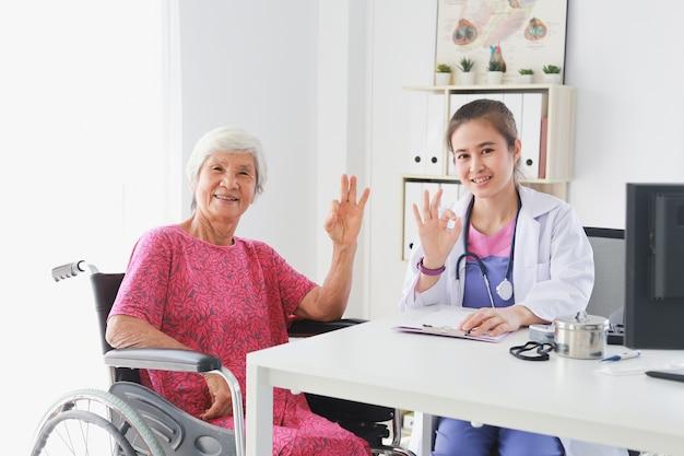 Asiatique, vieille patiente, femme, parler, docteur médical, femmes, dans, clinique, bureau, hôpital