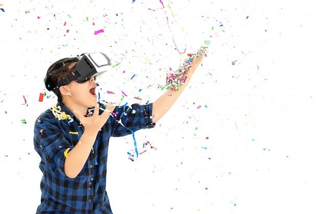 Asiatiques portant vr box surprenant avec des confettis colorés