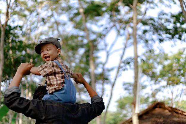 Asie bambin garçon enfant jouant en plein air
