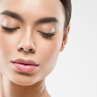 Asie beauté femme aux yeux fermés peau saine visage propre spa peau fraîche. prise de vue en studio. isolé sur blanc.