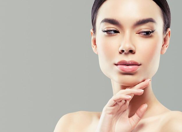Asie beauté femme peau saine visage propre peau fraîche spa. prise de vue en studio. fond de couleur.