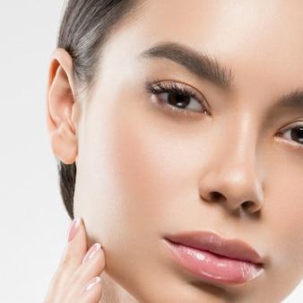 Asie beauté femme peau saine visage propre peau fraîche spa. prise de vue en studio. isolé sur blanc.