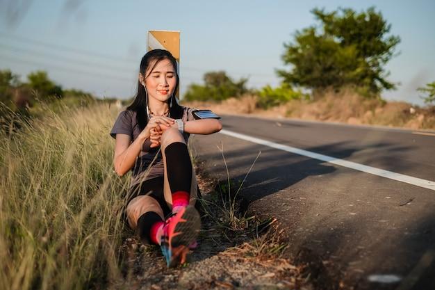 Asie belle femme dans le sport ware exercice et échauffement pour la course