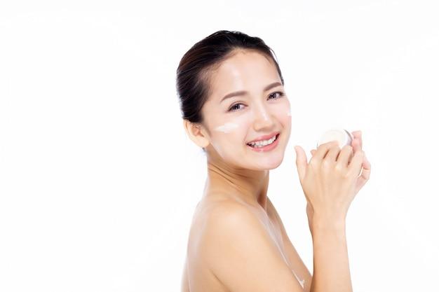 Asie belle jeune femme en robe blanche avec une peau propre et fraîche