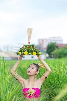 Asie femme en costume thaï traditionnel tenir kratong. festival de loy krathong