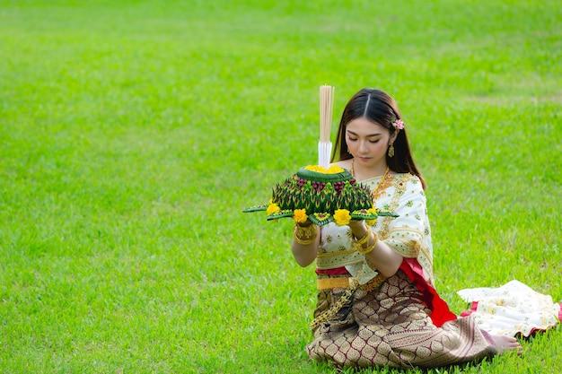 Asie femme en costume thaï traditionnel tenir kratong loy krathong festival