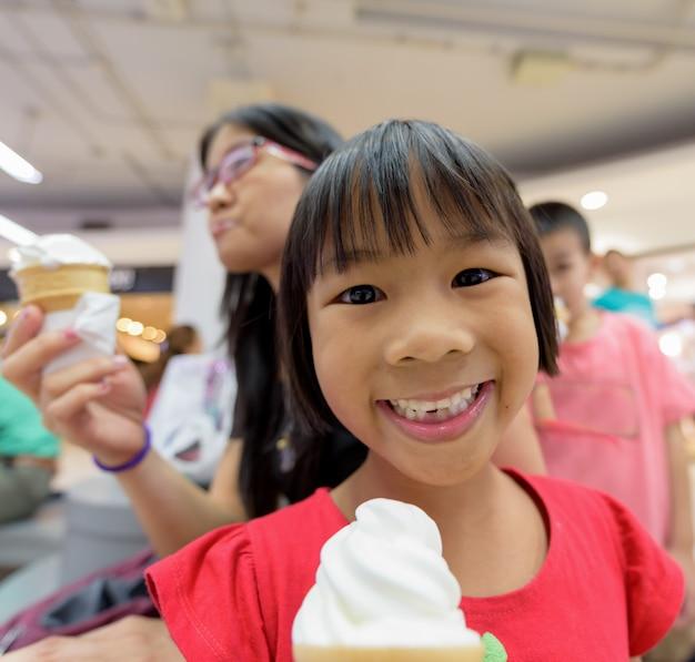 Asie, fille, manger, glace