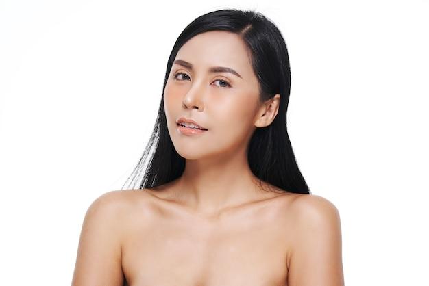 Aspect naturel, femme asiatique, soin du visage, cosmétologie, soin de beauté.